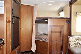 豪华的上下铺 实拍美众27LHS营地式拖挂房车