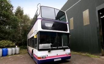 买不起房子 夫妻花3.2万将废弃公交车改装成豪华房车