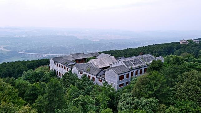 找一座山睡一整天 夏日重庆玉峰山巅房车营地寻清幽