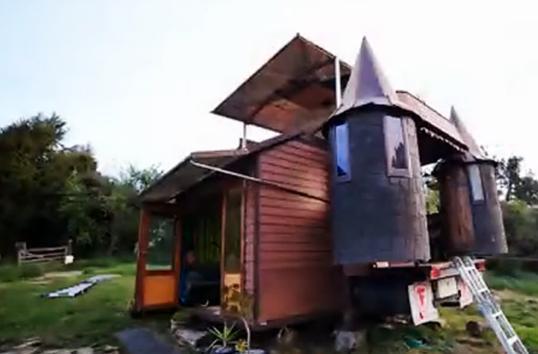 国外夫妻爆改房车 形似城堡