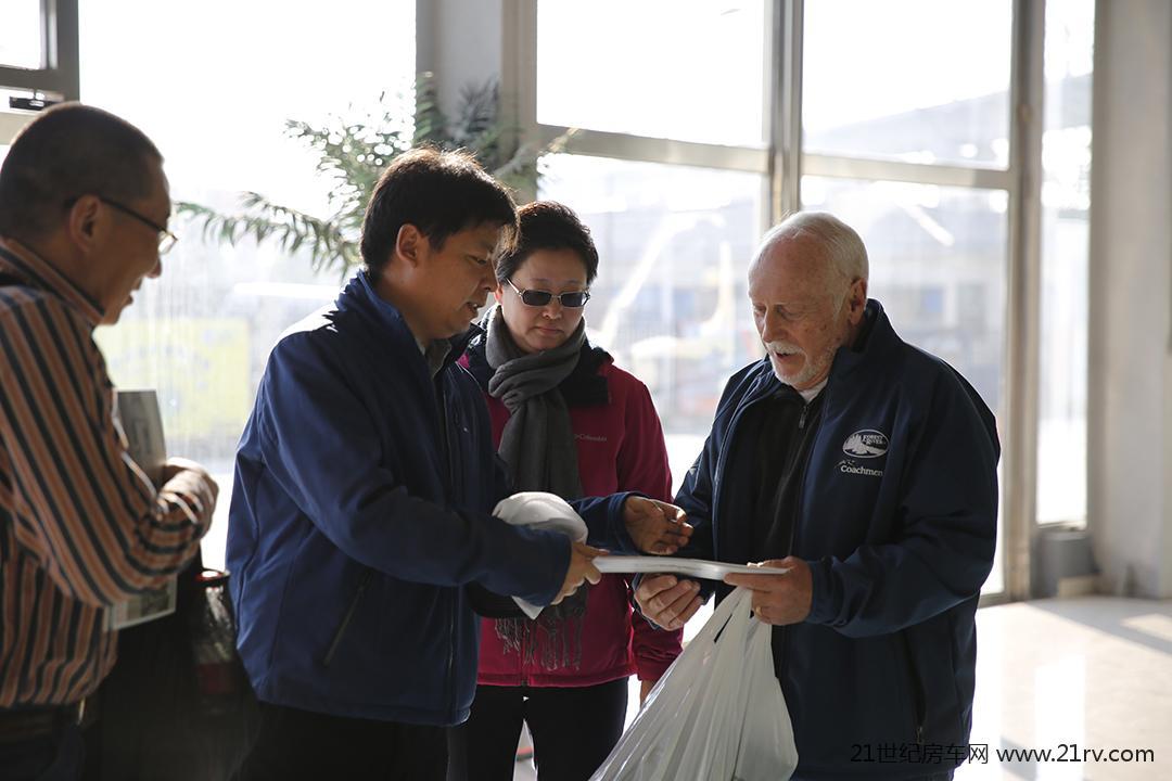 美国森林河集团首席运营官派特先生参观房车世界和北京房车露营公园