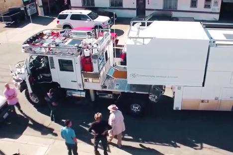 61岁老爸为4岁爱女打造超级房车