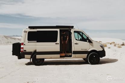 工作旅行两不误 美国情侣在房车上这样生活着