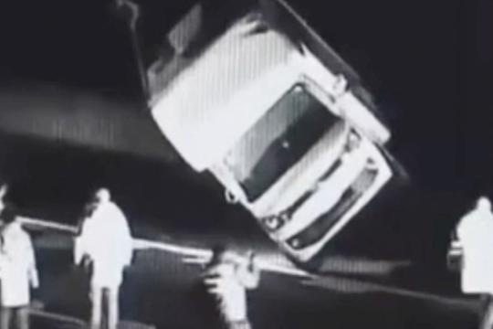 货车高速顶翻房车 交警用吊车将车辆拖走