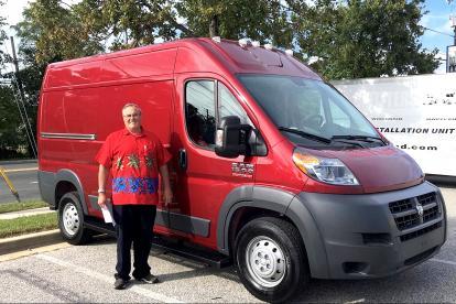 购车3.6万改装1.3万 这对美国夫妇退休前打造了一款房车