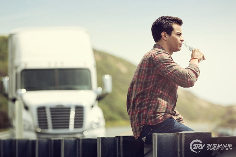 dometic_truck_drinking_refrigerator_Day1_2173.jpg