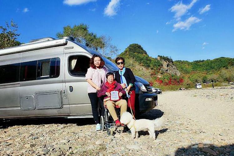丁秀梅与80后女儿,开房车带85岁的脑萎缩母亲寻找年少的记忆