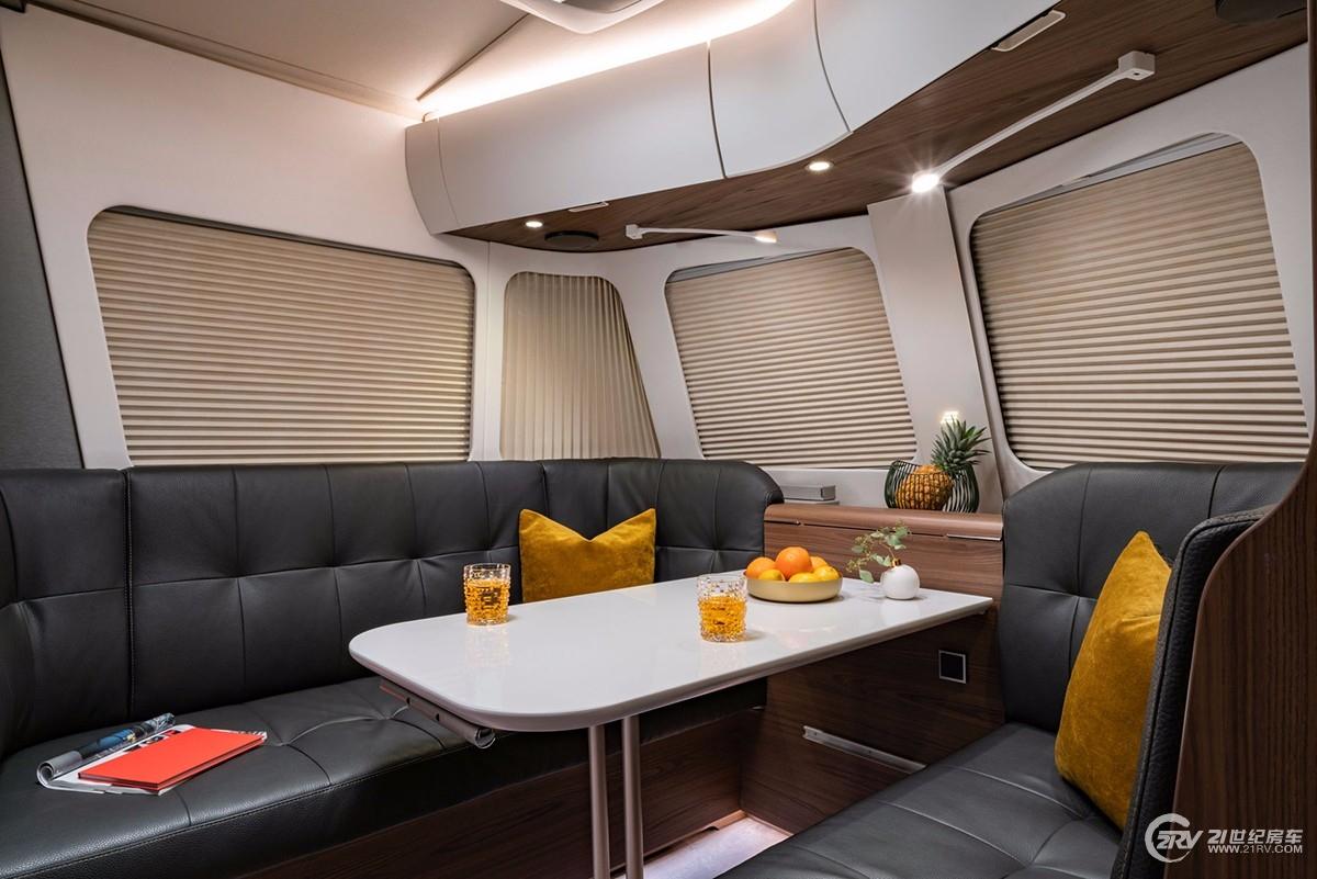 ERIBA_Touring_820_2019_Innenraum_Sitzgruppe_Plissees_geschlossen.jpg