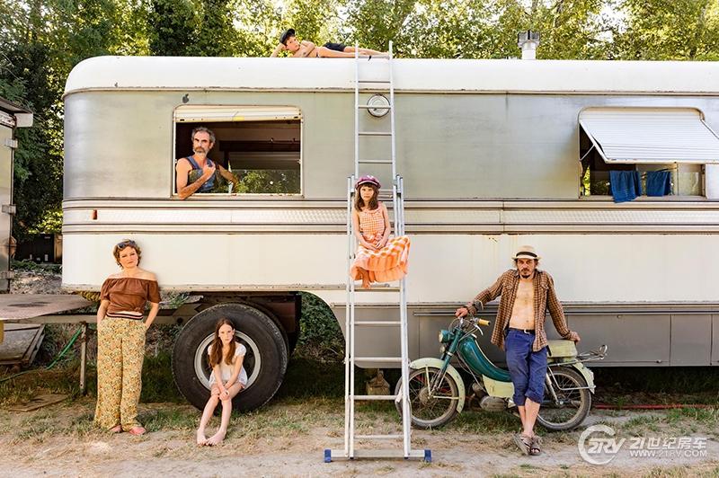 traveling-family-circus-avignon-france05.adapt.1900.1.jpg