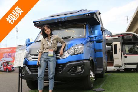 宝蓝颜色的外观 大容积净水箱 实用的外置厨房 华云云翔C型房车