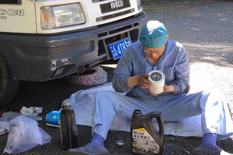 """许医生 66 岁麻醉医生驾驶""""老爷房车""""横穿欧亚"""
