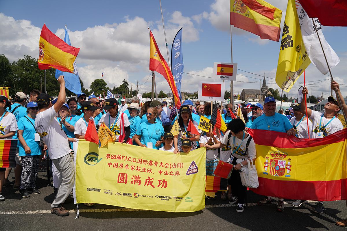 中国五星红旗飘扬在第88届世界房车露营大会现场