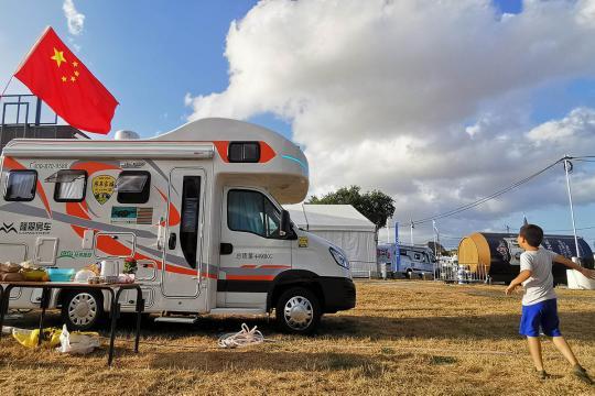5辆中国房车在世界露营大会第3天 参观各国房车 语言不通照样开心