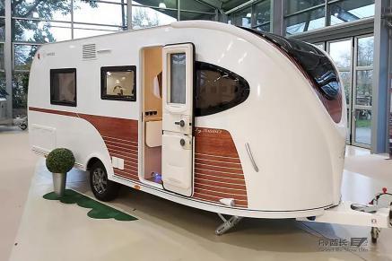 来自法国拖挂房车品牌La Mancelle:带旋转卫浴间的全新空气动力学房车
