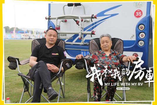 """86岁老太""""恋上""""房车出行,一趟房车游腰也不疼头也不胀,儿女陪伴真幸福"""