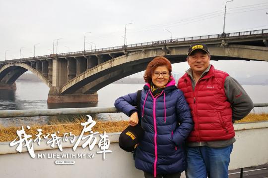 65岁夫妻自驾房车游亚欧遇假警察拦路抢劫机智应对,房车坏在国外怎么修?