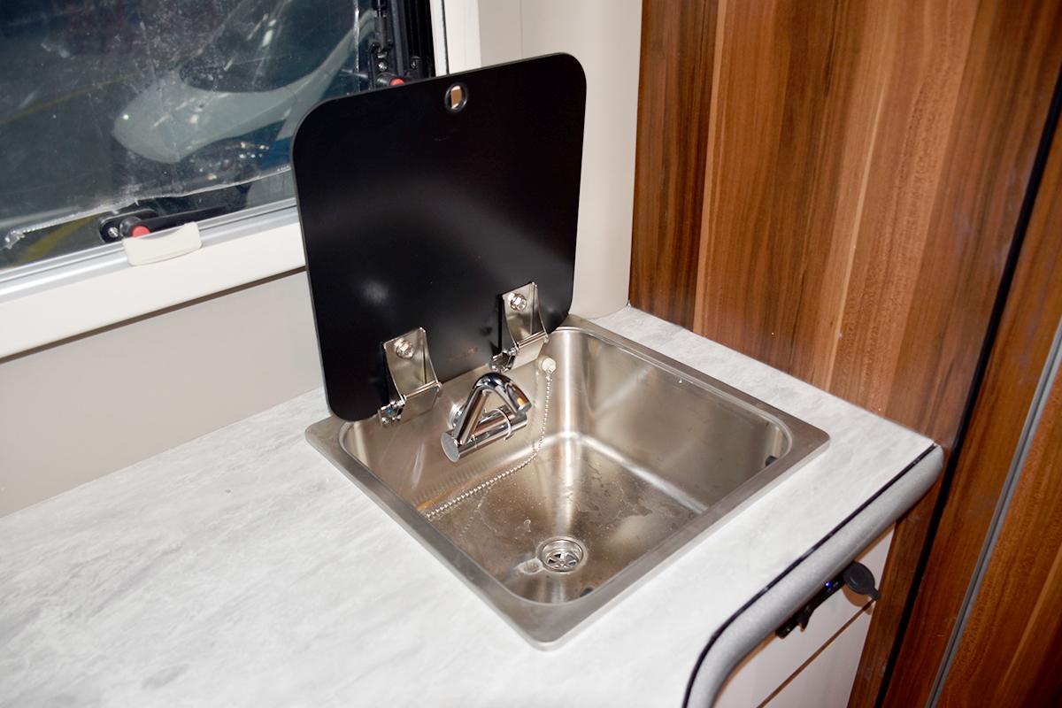 37吧台上方洗菜盆与折叠水龙头.jpg