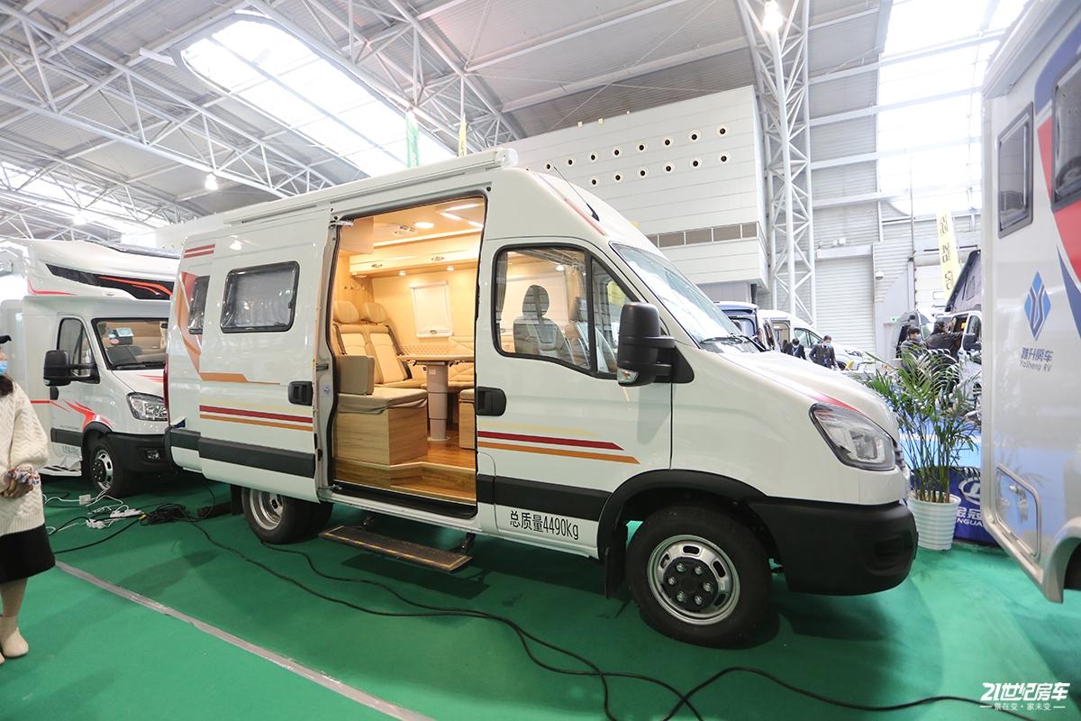 售价是个谜 全新B型金冠F330A房车亮相上海展