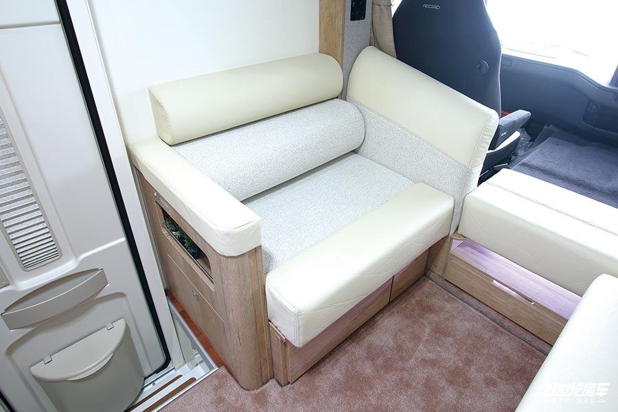 interior_singleseat.jpg