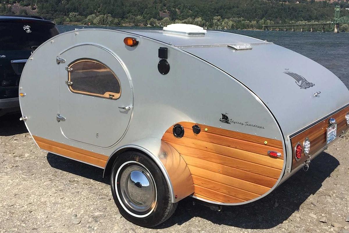复古拖挂房车刚刚发布,重量不到750kg,尺寸极小!还有厨房、双人床!