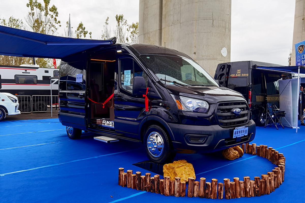 猛禽同款3.5T双涡轮增压发动机配10AT变速箱!图说进口福特全顺四驱商旅车